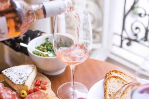 French etiquette controversy: Who pours the wine?
