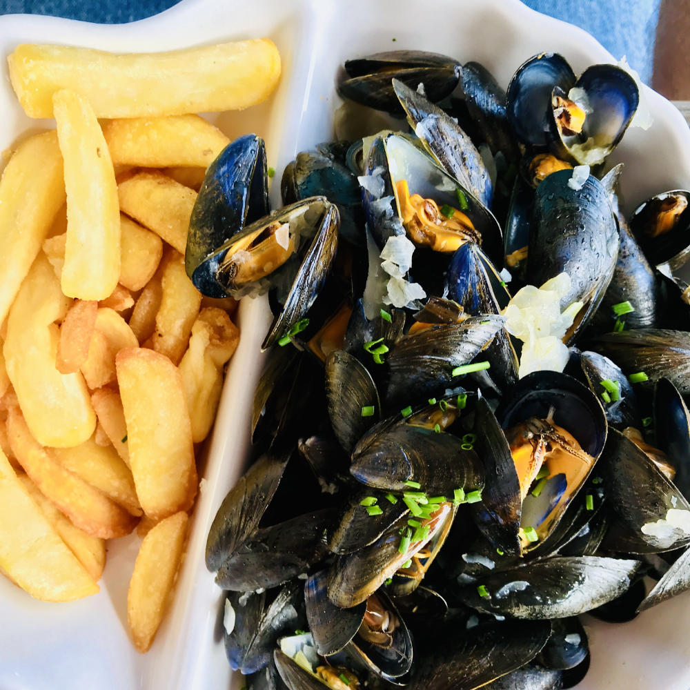 eating mussels in Sète