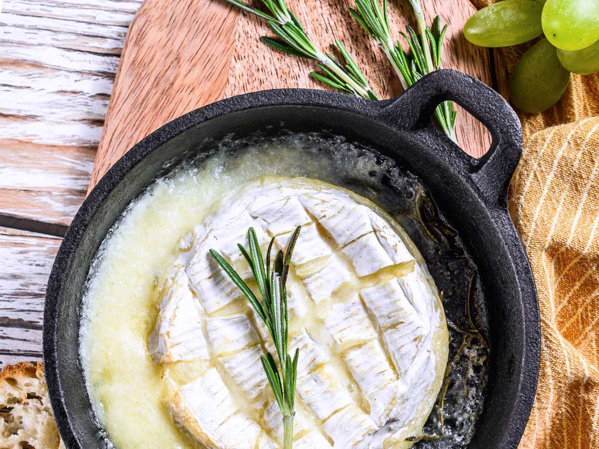 Baked Camembert: A French appetizer you will love (Recipe)