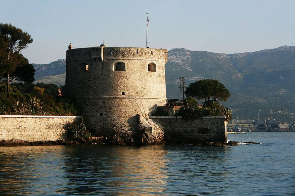 Fort de Balaguier on the water
