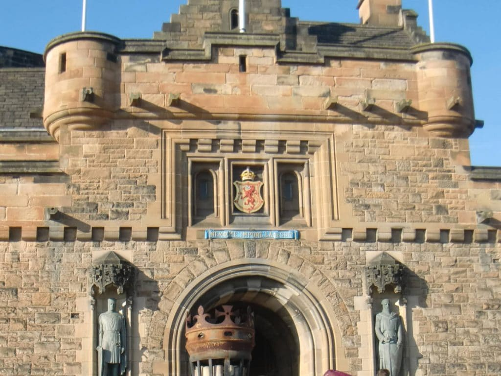 Statues of William Wallace and Robert the Bruce outside Edinburgh castle