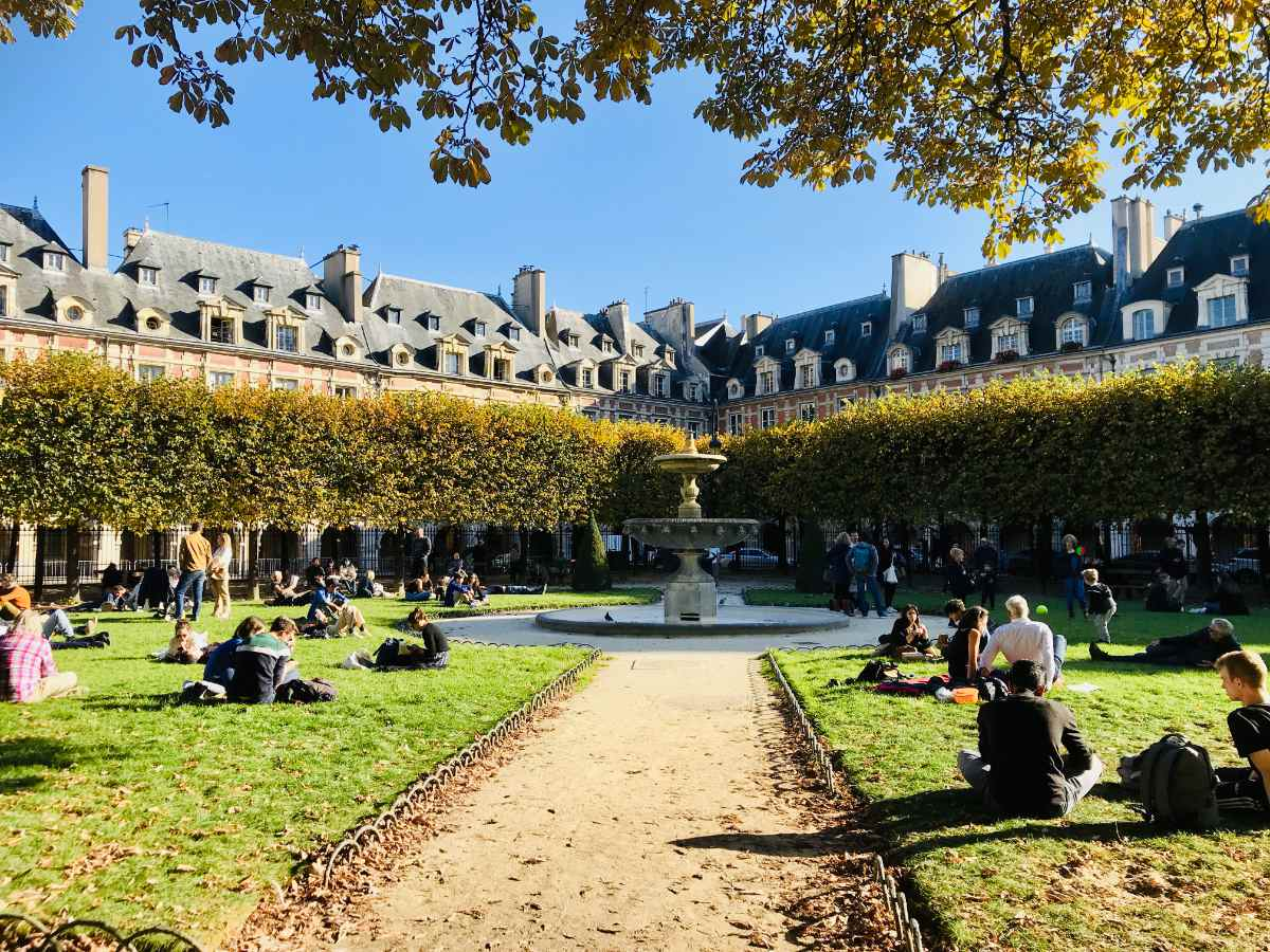 Read more about the article Guide to the beautiful Place des Vosges in Paris